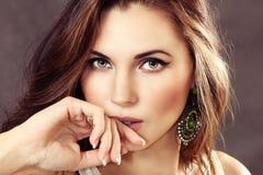 Πορτρέτο του όμορφου κοριτσιού σε ένα γκρίζο υπόβαθρο στοκ εικόνες