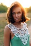 Πορτρέτο του όμορφου κοριτσιού στο ηλιοβασίλεμα Στοκ φωτογραφία με δικαίωμα ελεύθερης χρήσης