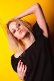 Πορτρέτο του όμορφου κοριτσιού στο κίτρινο υπόβαθρο Στοκ εικόνα με δικαίωμα ελεύθερης χρήσης