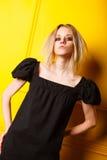 Πορτρέτο του όμορφου κοριτσιού στο κίτρινο υπόβαθρο Στοκ Εικόνες