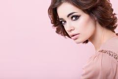 Πορτρέτο του όμορφου κοριτσιού στο στούντιο στοκ εικόνες με δικαίωμα ελεύθερης χρήσης