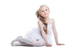 Πορτρέτο του όμορφου κοριτσιού συνεδρίασης στο άσπρο φόρεμα στοκ φωτογραφίες
