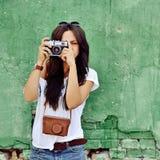 Πορτρέτο του όμορφου κοριτσιού brunette που κάνει τις φωτογραφίες στο παλαιό ασβέστιο ταινιών στοκ εικόνα