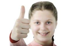Πορτρέτο του όμορφου μικρού κοριτσιού που παρουσιάζει αντίχειρα στο λευκό Στοκ Φωτογραφίες