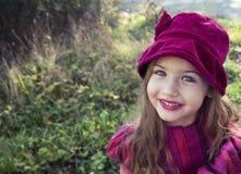 Πορτρέτο του όμορφου μικρού κοριτσιού στη φύση Στοκ Εικόνες
