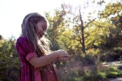Πορτρέτο του όμορφου μικρού κοριτσιού στη φύση Στοκ Εικόνα