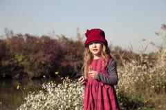 Πορτρέτο του όμορφου μικρού κοριτσιού στη φύση Στοκ Φωτογραφία