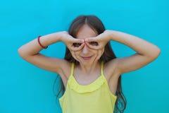 Πορτρέτο του όμορφου μικρού κοριτσιού στο μπλε υπόβαθρο στοκ φωτογραφία