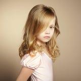 Πορτρέτο του όμορφου μικρού κοριτσιού στοκ φωτογραφία
