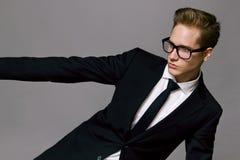 Πορτρέτο του όμορφου μοντέρνου ατόμου στο κομψό κοστούμι Στοκ Εικόνες