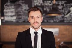 Πορτρέτο του όμορφου μοντέρνου ατόμου στο κομψό μαύρο κοστούμι Στοκ εικόνες με δικαίωμα ελεύθερης χρήσης