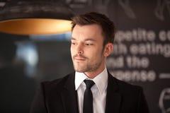 Πορτρέτο του όμορφου μοντέρνου ατόμου στο κομψό μαύρο κοστούμι Στοκ Φωτογραφίες