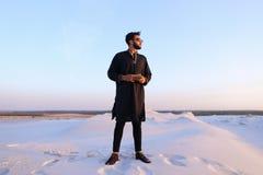 Πορτρέτο του όμορφου μουσουλμανικού τύπου σε Kandura στη μέση του bottoml Στοκ φωτογραφία με δικαίωμα ελεύθερης χρήσης