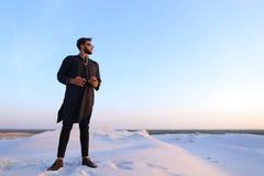 Πορτρέτο του όμορφου μουσουλμανικού τύπου σε Kandura στη μέση του bottoml Στοκ Εικόνα