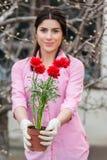 Πορτρέτο του όμορφου νέου εργαζομένου κήπων θηλυκών Στοκ φωτογραφία με δικαίωμα ελεύθερης χρήσης