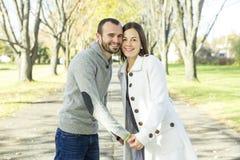 Πορτρέτο του όμορφου νέου ζευγαριού σε ένα πάρκο Στοκ φωτογραφίες με δικαίωμα ελεύθερης χρήσης