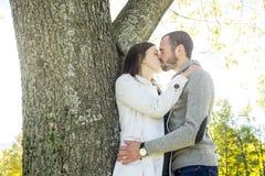 Πορτρέτο του όμορφου νέου ζευγαριού σε ένα πάρκο Στοκ φωτογραφία με δικαίωμα ελεύθερης χρήσης