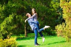 Πορτρέτο του όμορφου νέου ζεύγους ερωτευμένου στο πάρκο στοκ φωτογραφίες