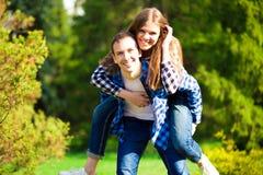 Πορτρέτο του όμορφου νέου ζεύγους ερωτευμένου στο πάρκο στοκ φωτογραφία