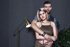 Πορτρέτο του όμορφου νέου ζεύγους που αγκαλιάζει στο πολυτελές εσωτερικό κλίμα Νέοι εραστές στο διαμέρισμα Στοκ εικόνα με δικαίωμα ελεύθερης χρήσης
