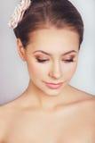 Πορτρέτο του όμορφου νέου κοριτσιού σε μια εικόνα της νύφης με τη διακόσμηση στην τρίχα Στοκ Εικόνες