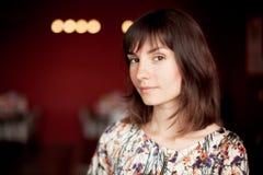 Πορτρέτο του όμορφου νέου κοριτσιού brunette στοκ εικόνα με δικαίωμα ελεύθερης χρήσης