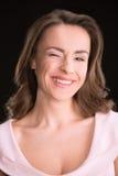 Πορτρέτο του όμορφου νέου κλεισίματος του ματιού γυναικών brunette Στοκ εικόνες με δικαίωμα ελεύθερης χρήσης