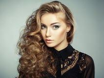 Πορτρέτο του όμορφου νέου ξανθού κοριτσιού στο μαύρο φόρεμα. Μόδα στοκ εικόνες