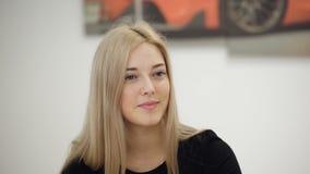 Πορτρέτο του όμορφου νέου ξανθού φορέματος επιχειρησιακού ύφους κομψότητας γυναικών απόθεμα βίντεο