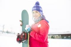 Πορτρέτο του όμορφου νέου σνόουμπορντ εκμετάλλευσης γυναικών στο χιόνι Στοκ εικόνα με δικαίωμα ελεύθερης χρήσης