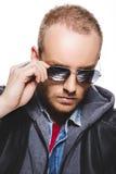 Πορτρέτο του όμορφου νεαρού άνδρα με την αντανάκλαση στα γυαλιά ηλίου Στοκ εικόνα με δικαίωμα ελεύθερης χρήσης