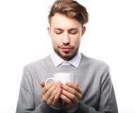 Πορτρέτο του όμορφου νεαρού άνδρα με το φλυτζάνι, που απομονώνεται στο λευκό στοκ εικόνες με δικαίωμα ελεύθερης χρήσης