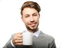 Πορτρέτο του όμορφου νεαρού άνδρα με το φλυτζάνι, που απομονώνεται στο λευκό στοκ εικόνα