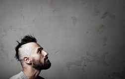 Πορτρέτο του όμορφου νεαρού άνδρα που φορά την γκρίζα μπλούζα Στοκ φωτογραφίες με δικαίωμα ελεύθερης χρήσης