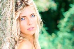 Πορτρέτο του όμορφου ξανθού κοριτσιού με τα μπλε μάτια στη φύση Στοκ εικόνα με δικαίωμα ελεύθερης χρήσης