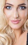 Πορτρέτο του όμορφου ξανθού κοριτσιού με το υγιές τέλειο καθαρό δέρμα, μεγάλα μπλε μάτια, μακροχρόνια eyelashes Φυσικός κοιτάξτε  Στοκ εικόνες με δικαίωμα ελεύθερης χρήσης