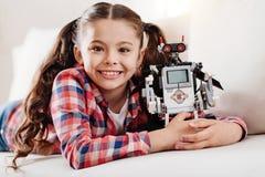 Πορτρέτο του όμορφου παιδιού εκείνο το αγκάλιασμα το ρομπότ της Στοκ εικόνες με δικαίωμα ελεύθερης χρήσης