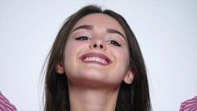Πορτρέτο του όμορφου προκλητικού κοριτσιού brunette σχετικά με την τρίχα και το χαμόγελό της όμορφο τρίχωμα μακρύ Γυναίκα ομορφιά απόθεμα βίντεο