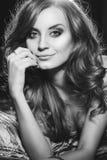 Πορτρέτο του όμορφου προκλητικού κοριτσιού με τα μακρυμάλλη και όμορφα μεγάλα μάτια Στοκ Φωτογραφίες