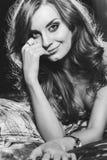 Πορτρέτο του όμορφου προκλητικού κοριτσιού με τα μακρυμάλλη και όμορφα μεγάλα μάτια Στοκ Εικόνα