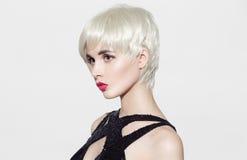 πορτρέτο του όμορφου προτύπου με τα τέλεια στιλπνά ξανθά μαλλιά Στοκ φωτογραφία με δικαίωμα ελεύθερης χρήσης