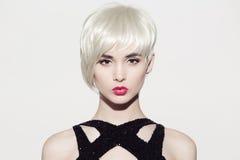 πορτρέτο του όμορφου προτύπου με τα τέλεια στιλπνά ξανθά μαλλιά Στοκ εικόνα με δικαίωμα ελεύθερης χρήσης