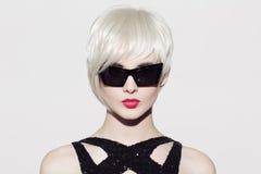 πορτρέτο του όμορφου προτύπου με τα τέλεια στιλπνά ξανθά μαλλιά Στοκ Φωτογραφίες