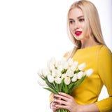 Πορτρέτο του όμορφου προτύπου μόδας, γλυκός και αισθησιακός Ομορφιά makeup, τρίχα τα λουλούδια εμβλημάτων ανασκόπησης διαμορφώνου Στοκ εικόνες με δικαίωμα ελεύθερης χρήσης