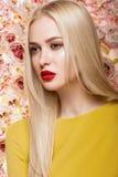 Πορτρέτο του όμορφου προτύπου μόδας, γλυκός και αισθησιακός Ομορφιά makeup, τρίχα τα λουλούδια εμβλημάτων ανασκόπησης διαμορφώνου Στοκ Φωτογραφία