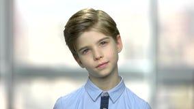 Πορτρέτο του όμορφου σκεπτόμενου μικρού παιδιού απόθεμα βίντεο