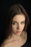 Πορτρέτο του όμορφου σκοτεινός-μαλλιαρού κοριτσιού Στοκ Εικόνες