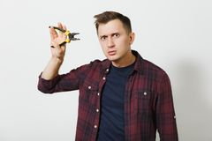 Πορτρέτο του όμορφου σοβαρού καυκάσιου νεαρού άνδρα που απομονώνεται στο άσπρο υπόβαθρο Διάστημα αντιγράφων για τη διαφήμιση Με τ Στοκ Εικόνα