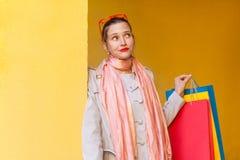 Πορτρέτο του όμορφου συλλογιμένος κοριτσιού με τα νέα ενδύματα στα πακέτα στοκ φωτογραφία με δικαίωμα ελεύθερης χρήσης