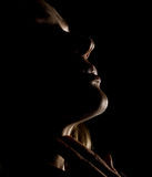 Πορτρέτο του όμορφου σχεδιαγράμματος κοριτσιών αισθησιασμού σκεπτικού με τις ιδιαίτερες προσοχές σε ένα σκοτάδι, σε ένα μαύρο υπό Στοκ εικόνα με δικαίωμα ελεύθερης χρήσης